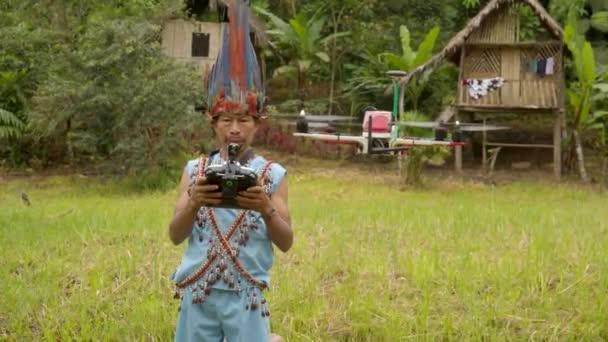 alter indigener mann lernt, wie man eine drohne benutzt