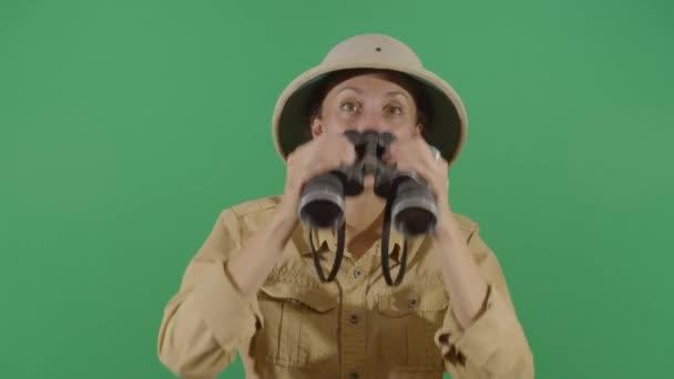 Női Explorer néz keresztül távcső