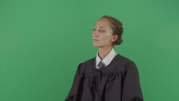Giudice donna che ascolta il pubblico