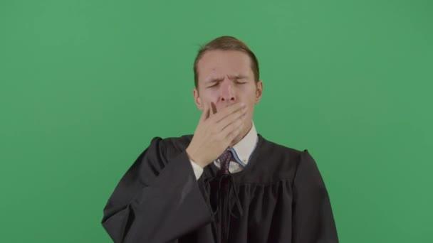 Adulto sonnolento uomo giudice Yawning In Corte