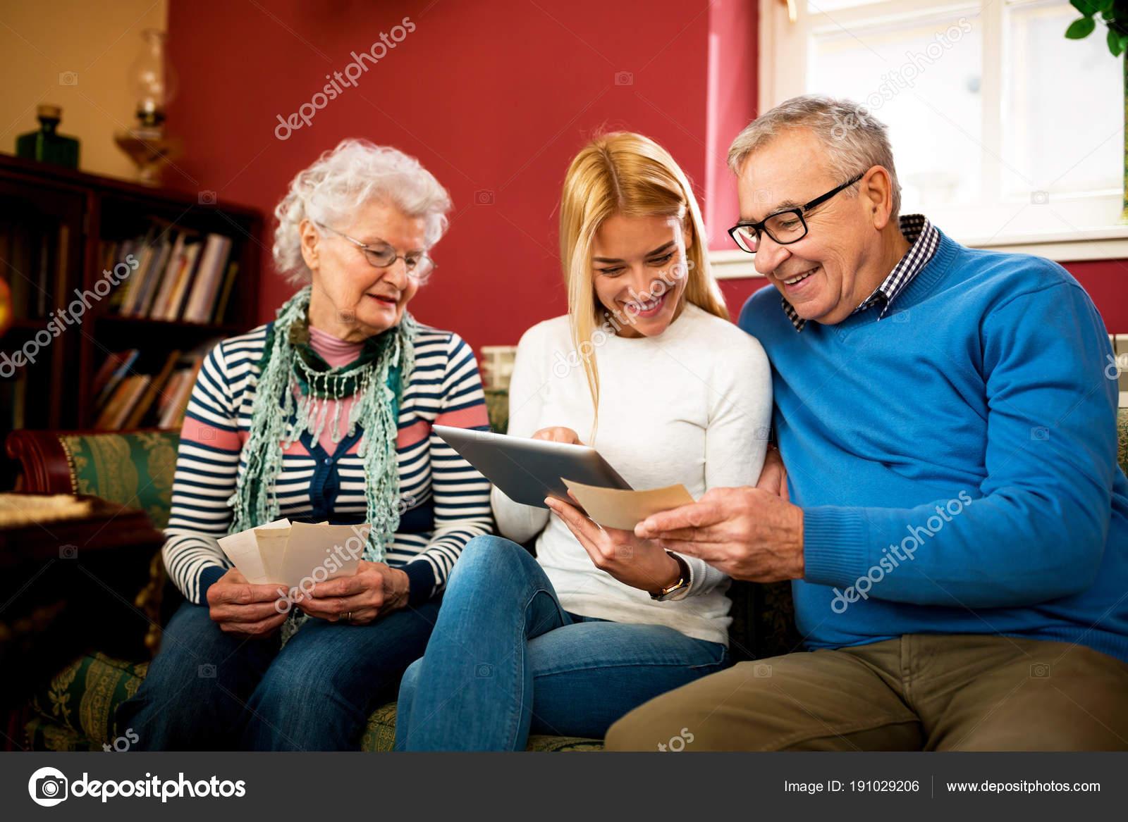 Бабушка и дедушка имеют внучку