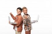 dva usměvaví bratři držící notebooky, ukazující palce nahoru a hledící na kameru izolovanou na bílém