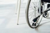 Zavřít pohled na invalidní vozík podle nohou stolu