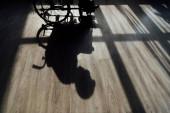 Sziluett a kerekesszéken ülő férfi padlóján