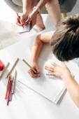 Fényképek vágott kilátás a gyerek diszlexiás rajz papíron ceruzával