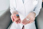levágott kilátás orvos gazdaság modell agy és tabletták