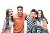 překvapení přátelé křičí a objímají spolu izolované na bílém