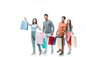 vzrušené přátelé procházky s nákupními taškami dohromady, izolované na bílém