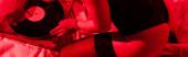 oříznutý pohled na smyslnou dívku sedící na posteli s vinylovým hráčem a záznam v červeném světle, panoramatický záběr