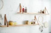 álom fogók és fa polcok üvegek fehér téglafal a konyhában