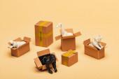 selektiver Fokus von Tierspielzeug in Kartons auf gelbem Hintergrund, Tierschutzkonzept
