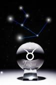 Kristallkugel mit Stier Tierkreiszeichen isoliert auf schwarz mit Sternbild