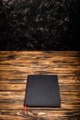 Fekete könyv a fából készült asztal