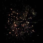 zlatý tradiční ohňostroj na noční obloze, izolovaný na černé