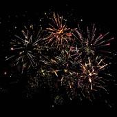 tradiční slavnostní ohňostroj na noční obloze, izolovaný na černé