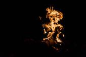 polena hořící v táboře oheň izolovaný na černé