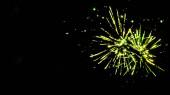 zelený slavnostní ohňostroj na párty, izolovaný na černém