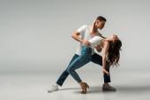 tanečníci v džínách džíny tanec bachata na šedém pozadí