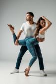schöne und attraktive Tänzerinnen, die Bachata auf grauem Hintergrund tanzen