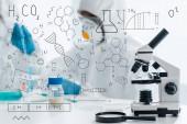 Selektive Fokussierung von Mikroskop und Lupe mit Formeln zur Illustration