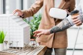oříznutý pohled na architekty virtuální reality při pohledu na model domu