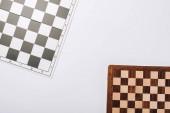 Horní pohled na šachovnice izolované na bílém