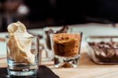 Selektiver Fokus von süßer und weißer Schokolade im Glas