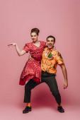 stílusos táncos gazdaság nő közben tánc boogie-woogie rózsaszín háttér