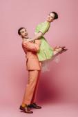stílusos táncos holding lány közben tánc boogie-woogie rózsaszín háttér