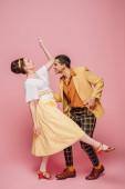 side view stílusos táncosok tánc boogie-woogie rózsaszín háttér