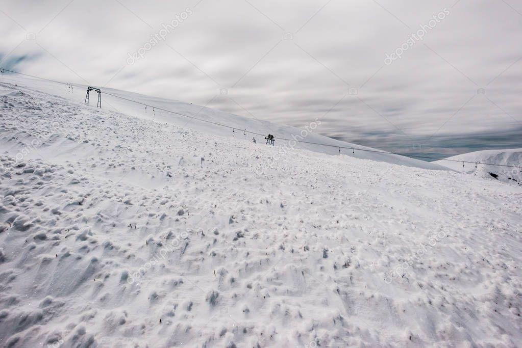 Фотообои живописный вид на снежные горы с подъемника и белые пушистые облака