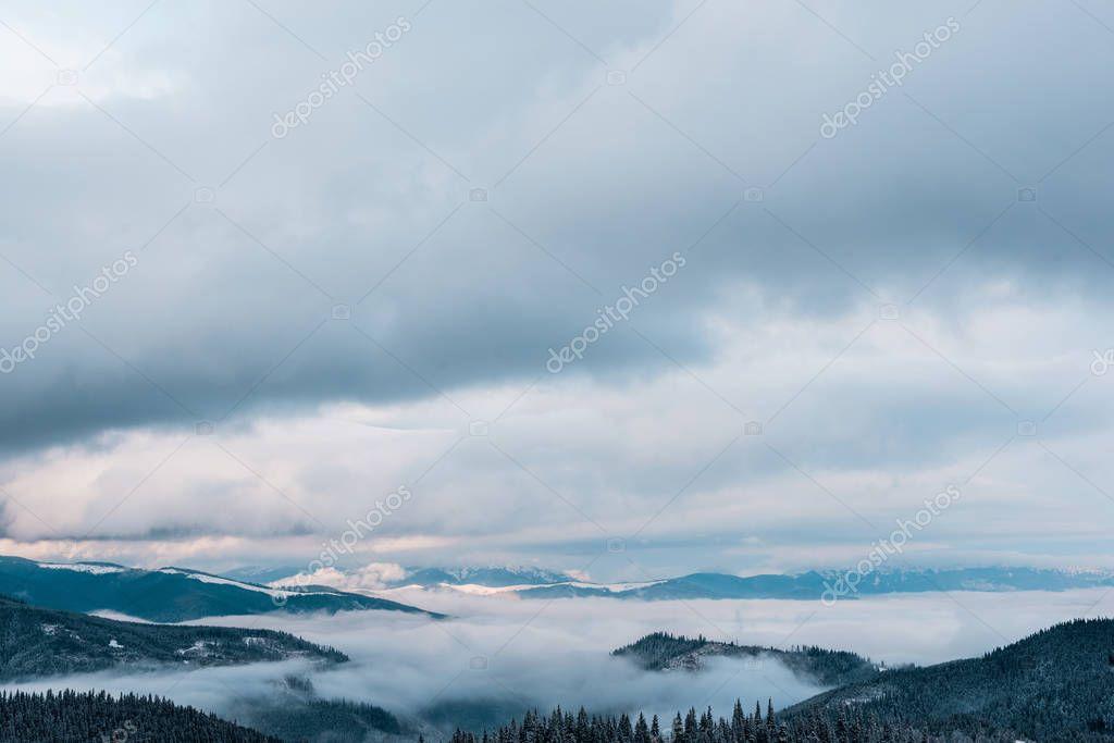 Фотообои живописный вид на заснеженные горы с белыми пушистыми облаками