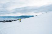 síelő kezében síbot sportolás közben télen