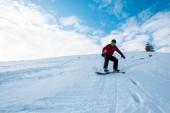 atletický snowboardista na sjezdovce v zimě