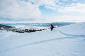 snowboardista na sjezdovce s bílým sněhem v zimě