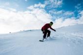 sportovní snowboardista na sjezdovce s bílým sněhem v zimním období