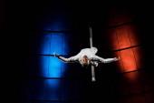 erős akrobata kinyújtott kézzel teljesítő fém rúd