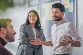 selektivní zaměření veselých multikulturních spolupracovníků mluvících v úřadu
