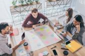 Overhead-Ansicht von multikulturellen Geschäftsleuten und Geschäftsfrauen mit Gadgets