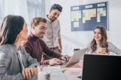 Fotografie selektivní zaměření šťastných multikulturních podnikatelek a podnikatelek