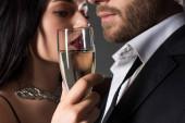 něžný pár držící sklenici šampaňského na Valentýna, izolovaný na šedi