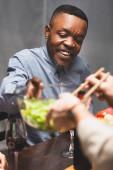 kivágott kilátás nő bagoly saláta afro-amerikai barátja vacsora közben