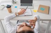 Selektive Fokussierung des Laptops auf den Tisch in der Nähe der Geschäftsfrau, die im Büro ruht