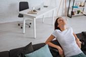 krásná mladá žena relaxační doma na pohovce