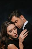 mladá žena objímání hezký muž izolovaný na černošky