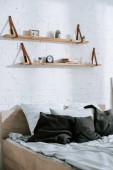 grigi cuscini sul letto in camera da letto moderna