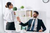jóképű üzletember öltönyben keres és megérint titkár az irodában