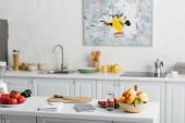 Fotografie Čerstvá zelenina, ovoce se sklenicí vody a notebook na kuchyňském stole, dieta pro počítání kalorií