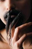 Vágott kilátás fiatal nő fekete festék a kezét érintő ajkak elszigetelt fekete