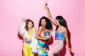 Fényképek izgatott multikulturális barátnők pezsgő és disco labda szórakozás rózsaszín